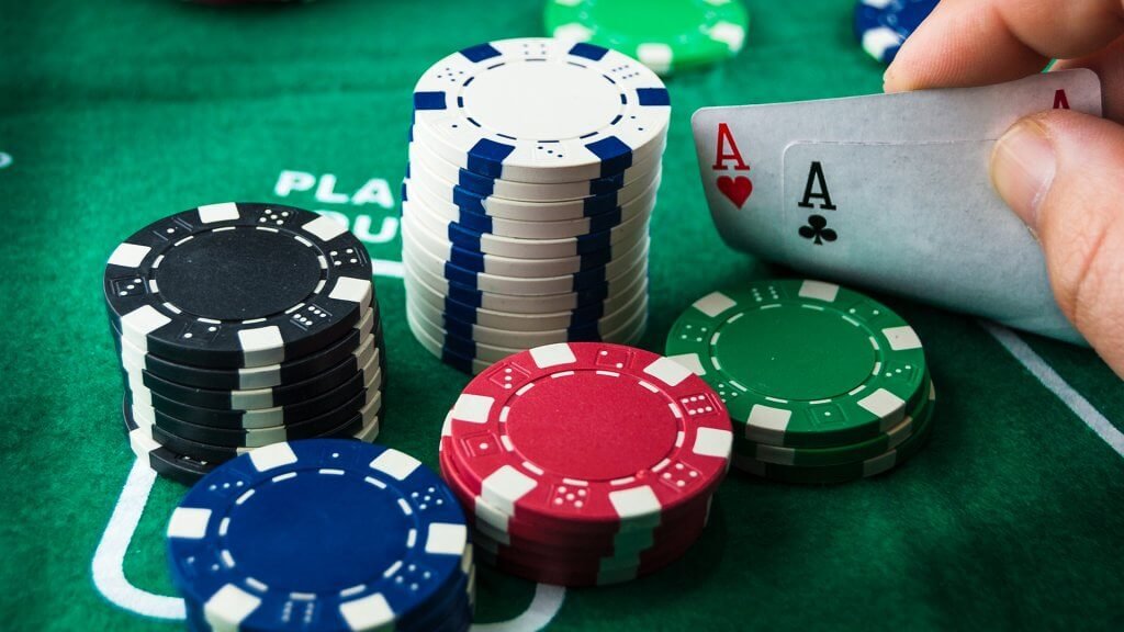 What is the ideal outfit for playing poker? - Lux Magazine